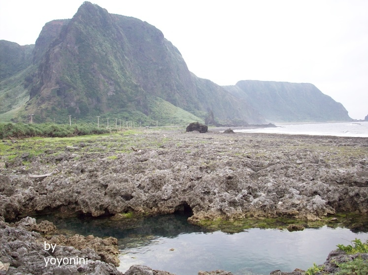 100_2405山連著珊瑚礁看見小魚.JPG