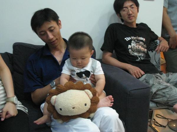 阿仲叔叔出現了(旁邊看我騎獅子ㄉ那位).JPG