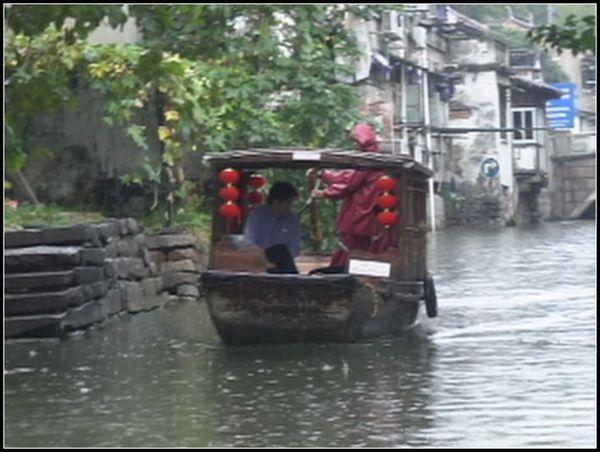 在蘇州坐船遊河