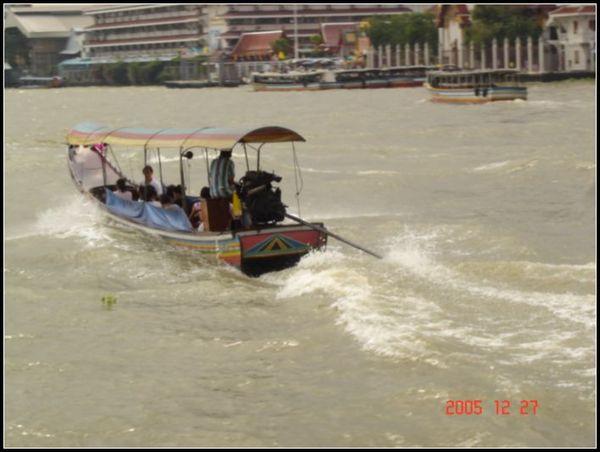 用快艇遊眉南河