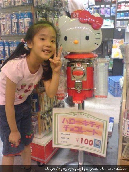到東京了,看到kitty的糖果機,花¥100,小婷好開心...
