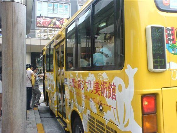 如同網站上寫的,一出三鷹車站南口往左走,就看到三鷹之森美術館的巴士,但人很多,我們沒搭上....
