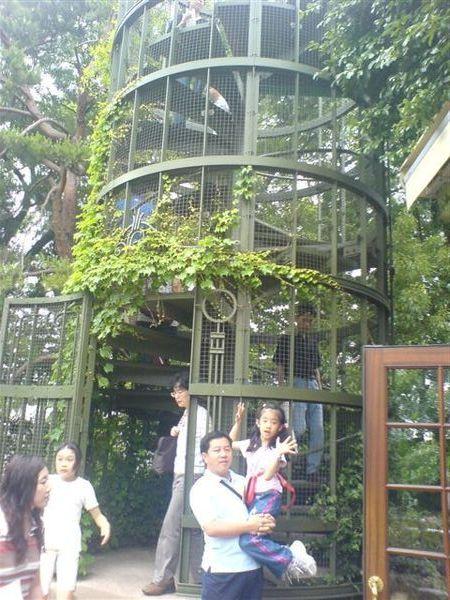 通往屋上庭園的階段塔....(有點像鳥籠....)