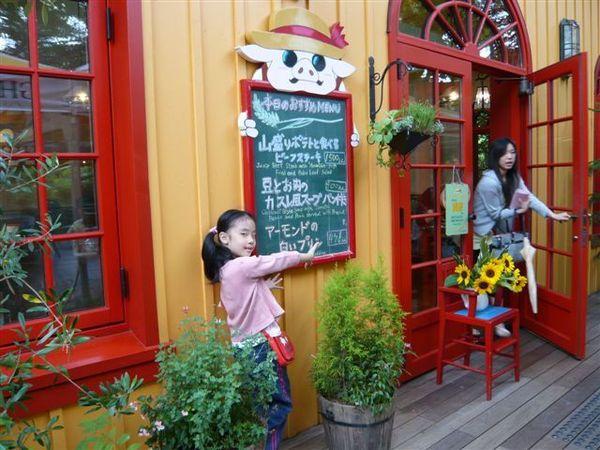 咖啡廳「草帽」-->不知道為什麼,很多人在排隊等著進去吃....真有那麼好吃嗎?