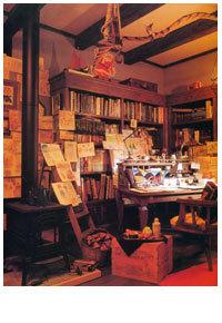 二樓的部屋..設計師散亂著書和彩筆顏料的房間,看著牆壁上貼滿的隨筆畫、滿地的書籍和紙團.....