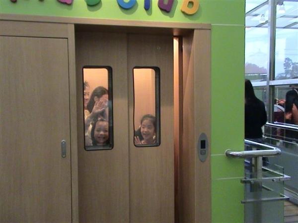 通往兒童遊戲區的兒童專用電梯,超小的...