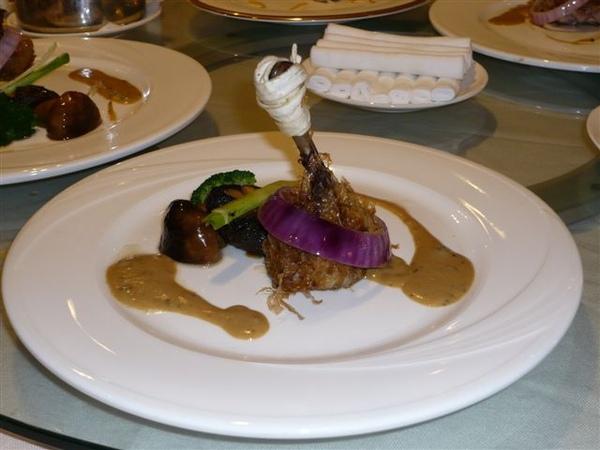 烤羊腿...(晚餐分成中式與日式,我們各來三套,但我們其實分不太出來...)