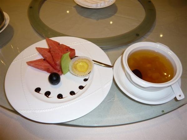 中式的水果與甜點...
