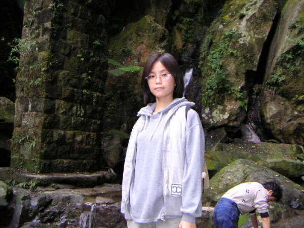 陽明山的某瀑布前面