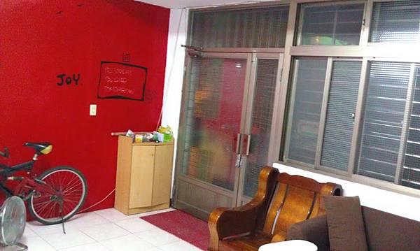 客廳最近把其中一面牆壁漆成紅色的
