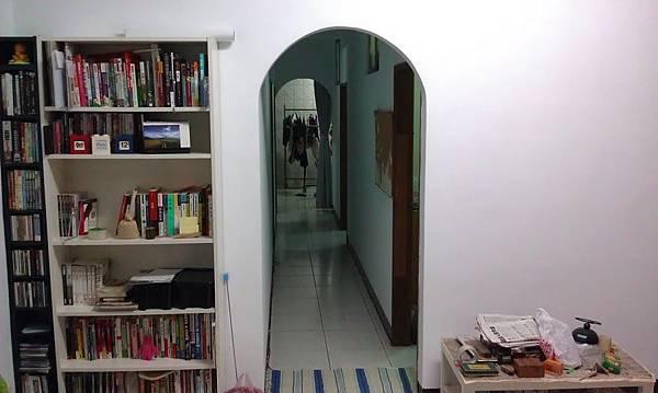 從客廳往走廊看
