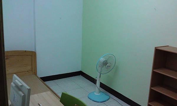 房間一號,最近把其中一面牆壁漆成蘋果綠