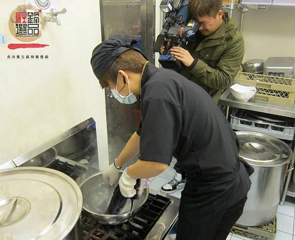從活體開始到鱘龍魚片/鱘龍魚骨 我們都堅持自己處理, 其實處理鱘龍魚步驟繁雜,而且非常不容易  嚴選鍋品用心,只為您