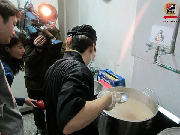 新鮮豬大骨熬出來的湯頭,白而濃郁 用火不斷的熬煮, 食材的精華在湯頭裡釋放的淋漓盡致