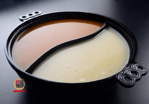 新鮮食材耗時熬出來的湯頭,十分養生 盛裝的鍋具也不容小鎳  【養生鑄鐵鍋】 鐵是地球上分布最廣的金屬之一, 也是我們日常生活中不可或缺的元素。 在我們運用鑄鐵鍋烹煮食材時,鍋中會釋放出『鐵元素』  對於女性消費族群可補充鐵質,對人體相當有益處。