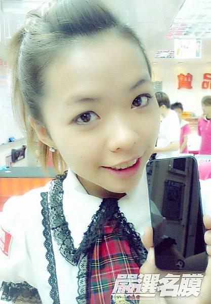 miko小編拿著iPod5黑色開心合照 ^3^