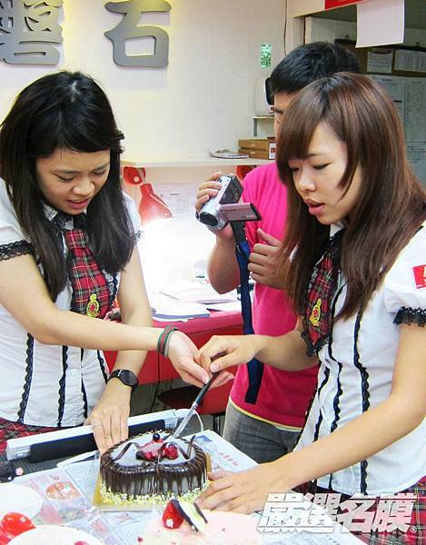 兩人同心,齊力切蛋糕!(有沒有這麼難?到底~).jpg