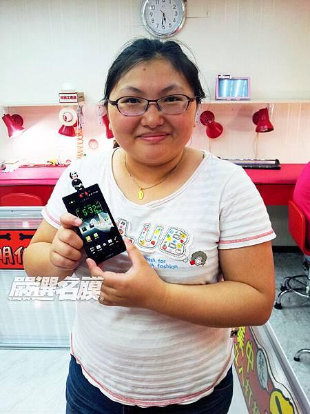 Ion全機包膜後,顧客陳小姐開心地展示手機和酷炫防塵塞(手機主人林先生在一旁淡定...).jpg