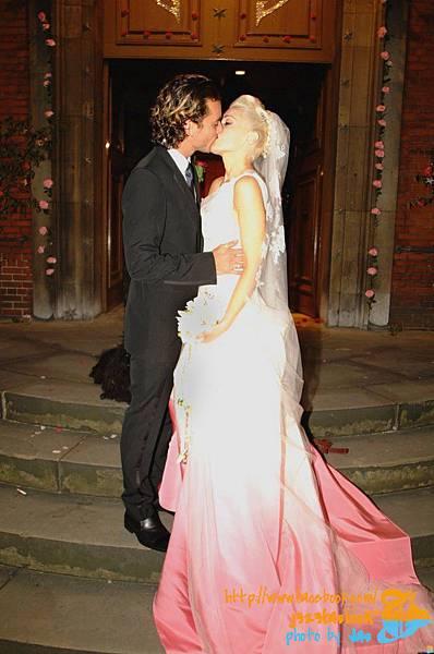 gwen-stefani-wedding-dress-2-679x1024