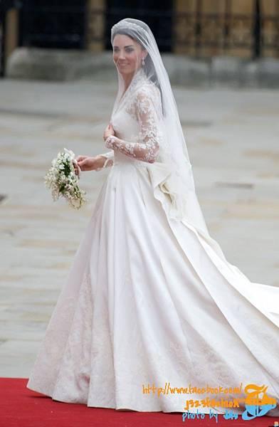 kate-middleton-wedding-dress-sarah-burton-full-length-669x1024