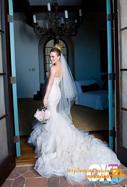 76f95401c25c11d7_saweran_hillary-duff-wedding-dress