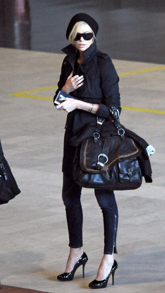 charlize-theron-delayed-flight-paris-02-576x1024.jpg