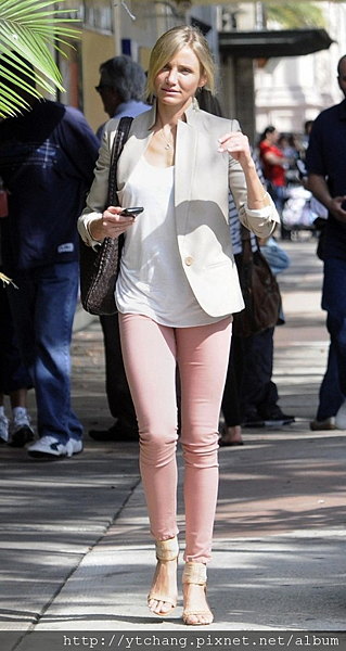 Cameron Diaz in Siwy Hannah Slim Crop Jean in Desert Rose.png