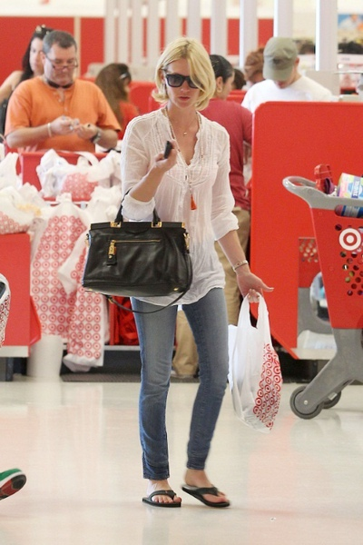 mad-men-star-january-jones-and-boyfriend-jason-sudeikis-comedian-and-snl-member-are-spotted-doing-some-shopping-their-local-target-together.jpg