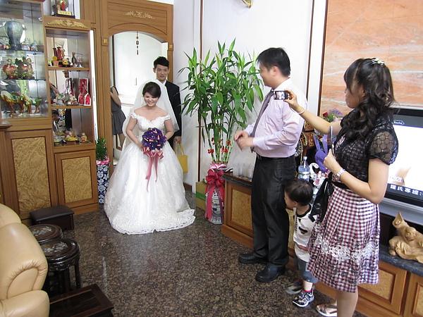 新娘出來了