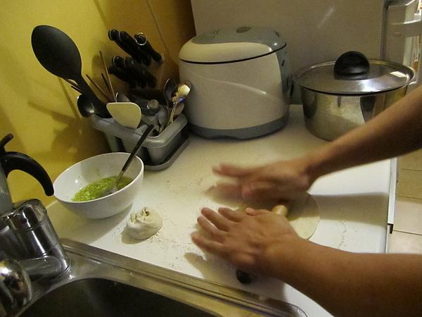 正在做蔥油餅