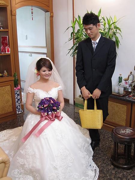新娘服看起來好重啊