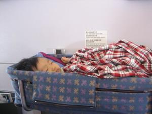 飛機上的嬰兒床,長度剛剛好,再長大一點就躺不下去了