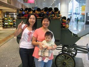 馬來西亞機場的免稅店前,有可愛的娃娃