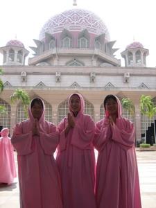進入粉紅清真寺前,規定女生要套上粉紅色的罩衫