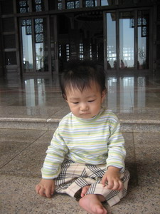 清真寺前沈思的小嬰兒一枚