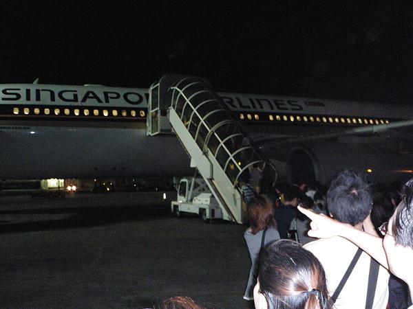這兒沒有空橋~要自己走上飛機
