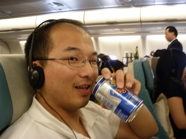 寶貝多開心呀 飛機上一直點啤酒喝 說是要撈點機票錢回來