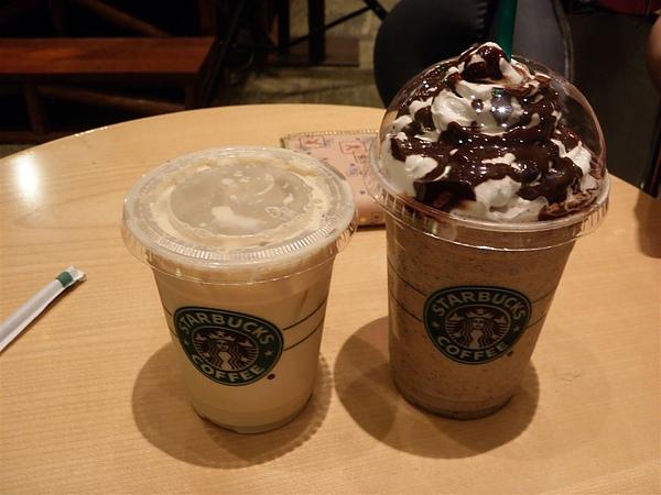 等轉機時點的星巴克咖啡+星冰樂