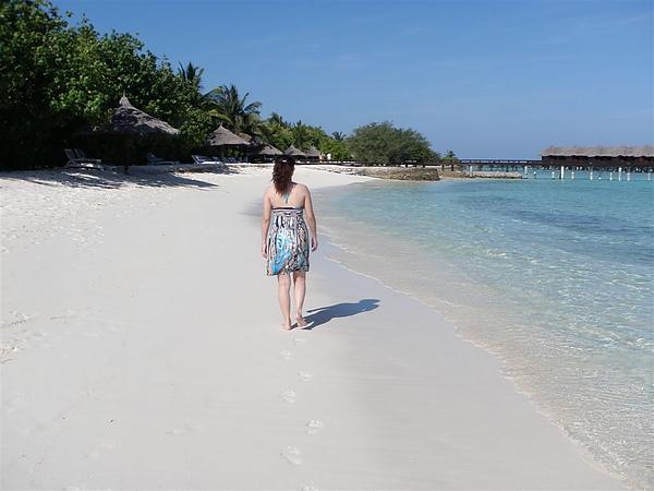 漫步在沙灘上  先逛逛整個島吧