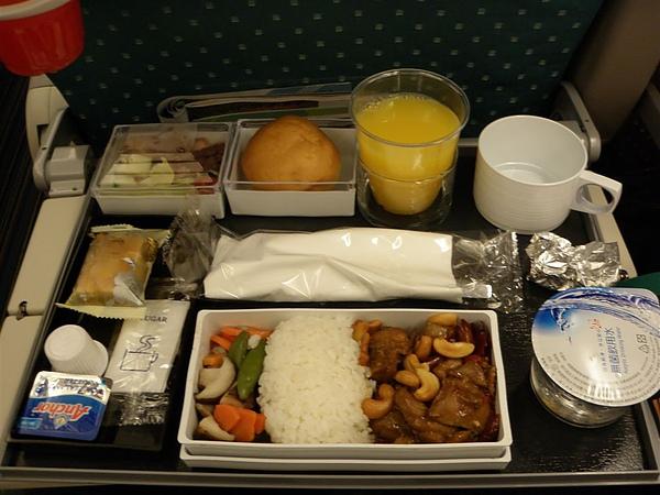 寶貝的飛機餐,辣的雞丁+飯 第一餐都是符合台灣人口味的喔