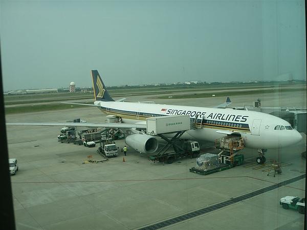 這就是我們要搭的飛機  地勤好像正在送我們的便當呢