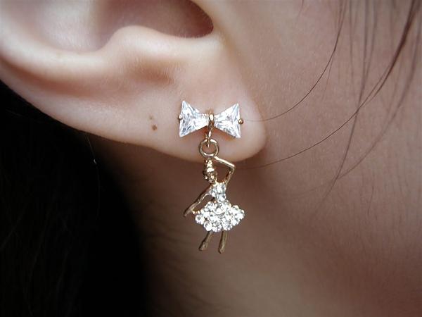 新買滴耳環~跳芭蕾舞的女孩喔~好喜歡ㄚ^^
