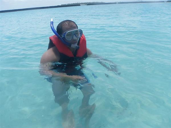 寶貝雖然不太會游泳~~但他都不怕