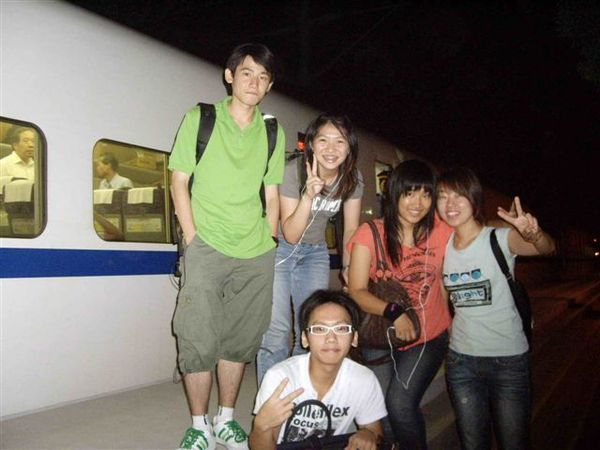 蘇州火車站 後面是動車組(很快的火車= =)