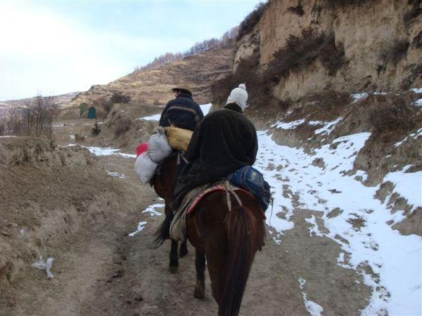 騎馬走山路