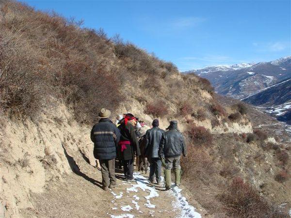 很陡的下坡 我們用走的 讓馬兒休息