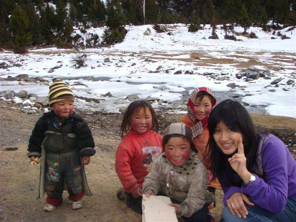 和藏族小朋友合照