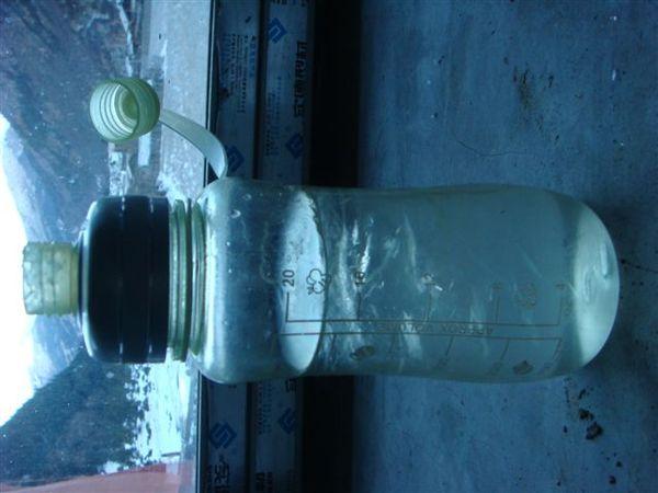 放在窗邊結冰的水(真的很冷><)