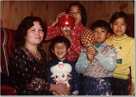 小時候 媽和兄弟姊妹合照