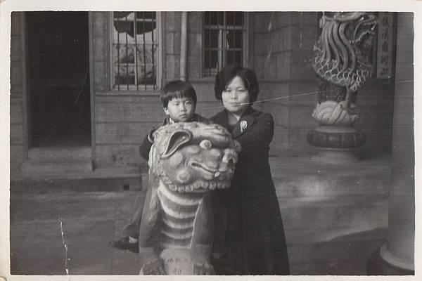 65年與母親合影